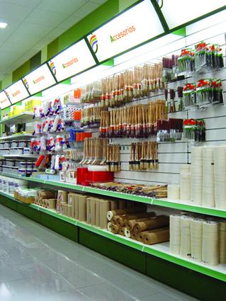 Interior de una tienda de bricolaje con rótulos luminosos