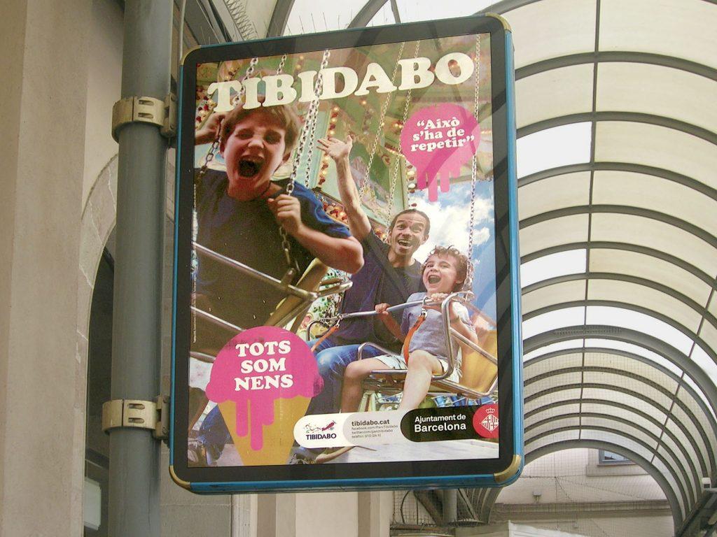 Publicidad aplicada en un mupi sobre el Tibidabo